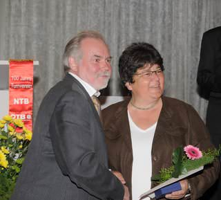 Karin Porth erhält 2010 die silberne Ehrennadel des NTV